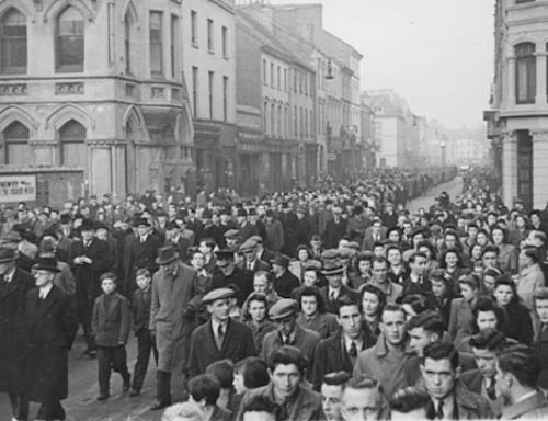 A general view of Éamon Donnelly's funeral, Hill Street, Newry, 31st December 1944. © Irish Press